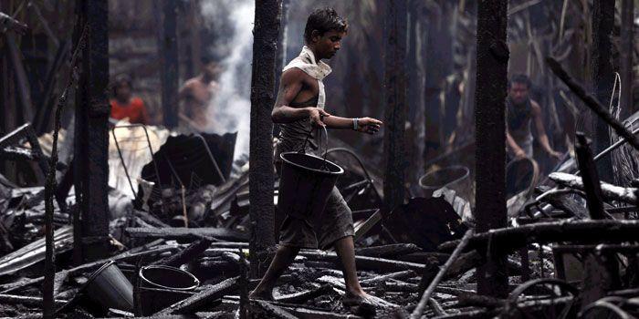 Dans les décombres d'une maison incendiée à Sittwe... @ AFP