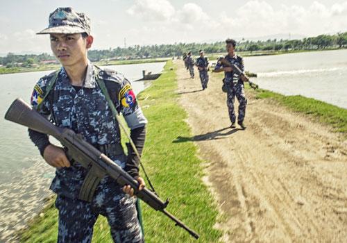 Garde-frontières patrouillant sur la frontière avec le Bangladesh, le 15 octobre 2016. Photo : Kaung Htet pour le Myanmar Times.