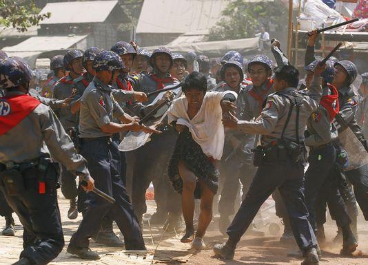Le gouvernement français doit condamner fermement la répression des manifestations étudiantes et reconnaitre le recul des réformes en Birmanie